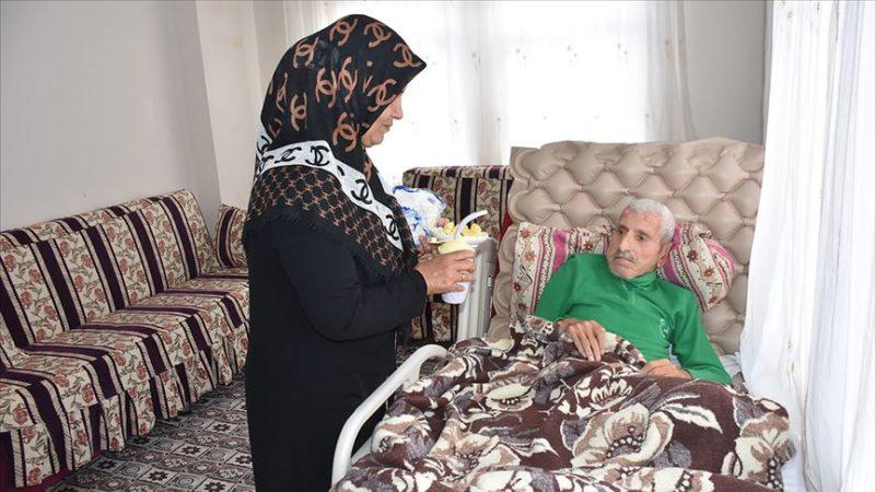 Görme engelli kadın Kıbrıs gazisi eşine gönül gözüyle bakıyor
