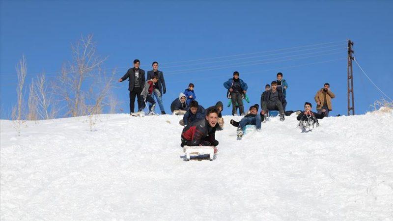 Vanlı çocuklar kızak ve bidonlarla karı eğlenceye dönüştürüyor