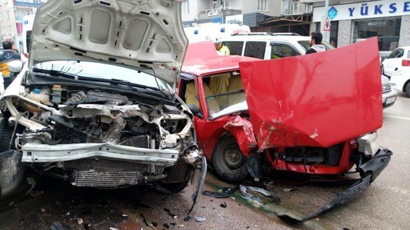 Bursa'da iki otomobil çarpıştı!