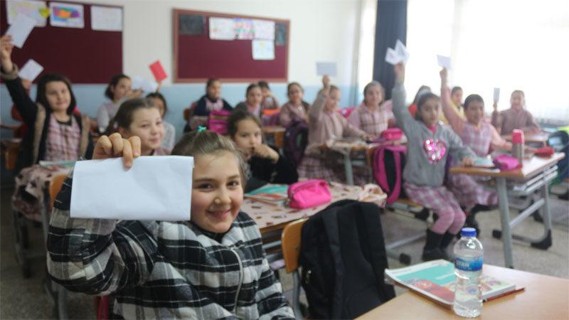 Bursalı miniklerden sınırda görevli Mehmetçiğe moral mektubu