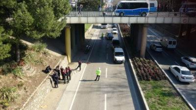 Köprülü kavşaktan atladı, otomobilin üzerine düştü