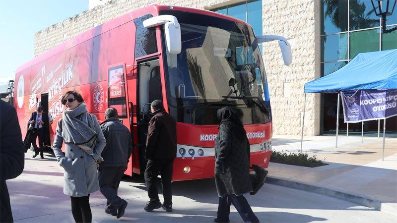 Kırmızı otobüs yollarda