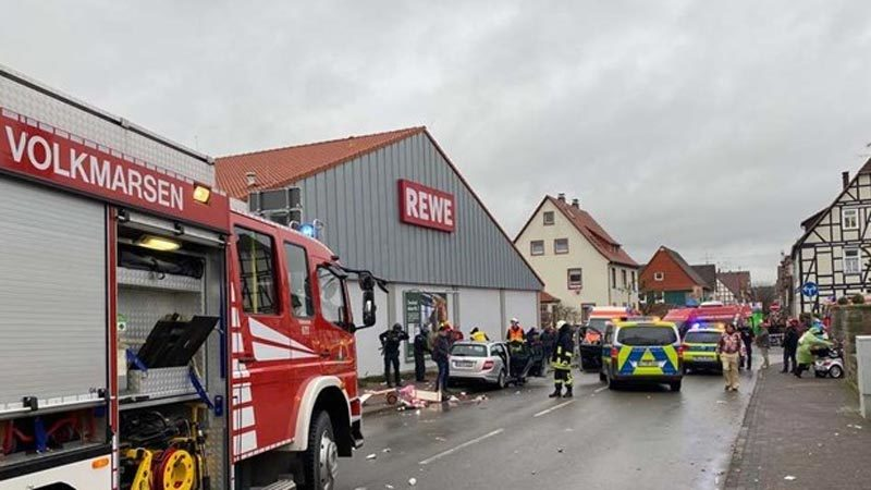 Almanya'da araçla karnavala daldı… 15 yaralı…