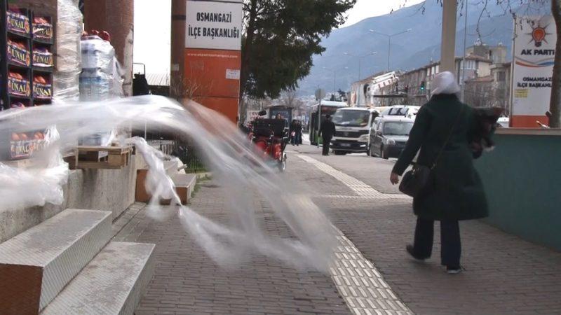 Bursa'da şiddetli lodos hayatı olumsuz etkiledi