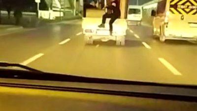 Trafikte tehlikeli yolculuk… Görüntüler Bursa'dan…