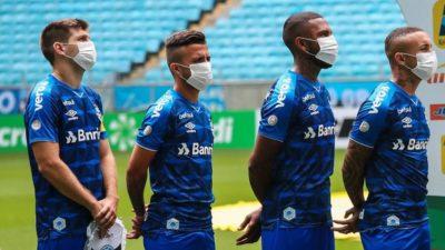 Maç ertelenmeyince… Maskeli protesto!