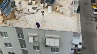 Yaşlı kadın dışarıya çıkamayınca çatıda gezdi