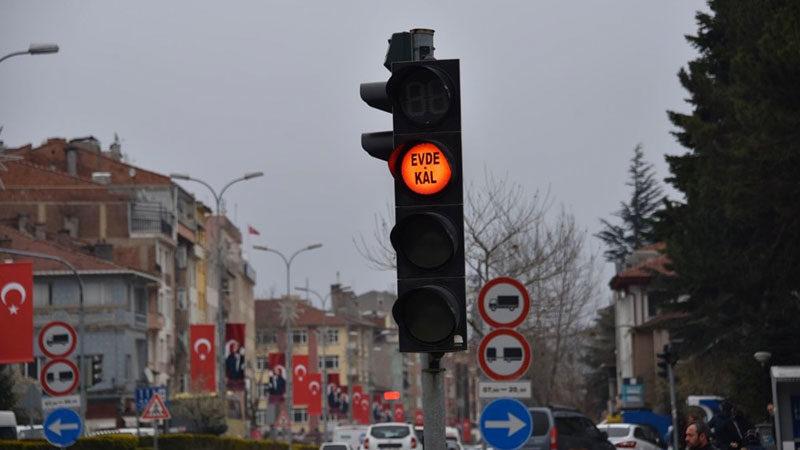 Trafik ışıklarından 'evde kal' mesajı