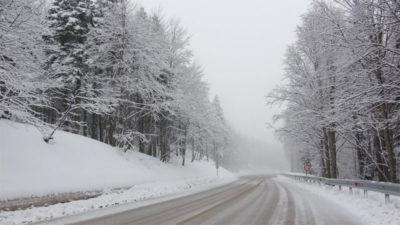 Virüs nedeniyle sezonu erken kapatan Uludağ'a kar yağdı