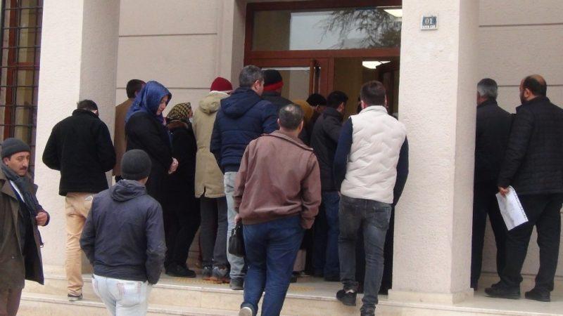 Bursa'da banka kuyruğu: İçeride mesafe, dışarıda temas