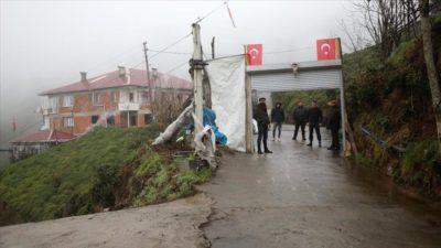 Koronavirüsten korunmak için mahalle yolunu kepenkle kapattılar