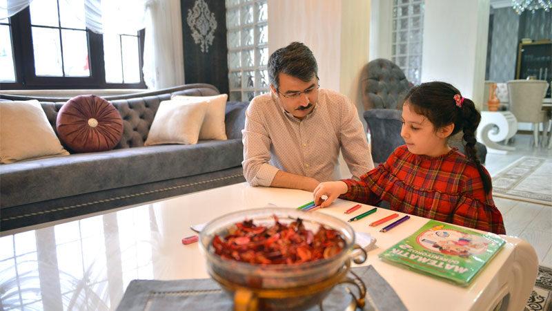 Başkan Yılmaz evde kitap okudu, minik kızıyla ders çalıştı