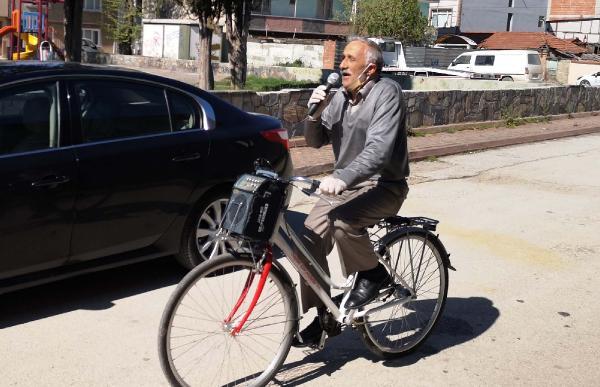 Sokak sokak gezip 'evde kal' çağrısı yapıyor