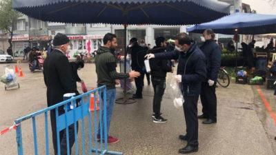 İnegöl Belediyesi pazarlarda maske dağıtımına başladı