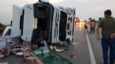 Bursa'da TIR devrildi, karayolu trafiğe kapandı