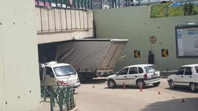 Bursa'da kamyonet tünelde sıkıştı