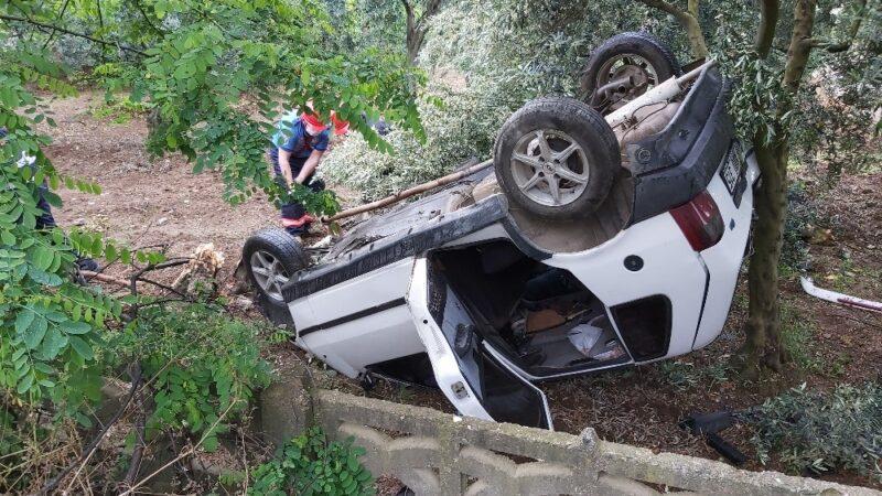 Direksiyon hakimiyeti kaybeden araç evin bahçesine daldı
