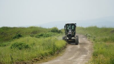 Mustafakemalpaşa'da köy ve tarla yollarına konforlu ulaşım