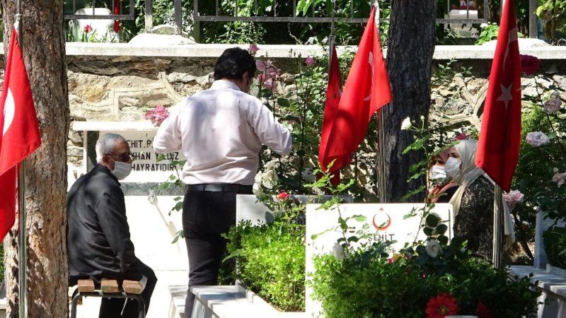 Bursa'da şehitlikte hüzünlü bayram