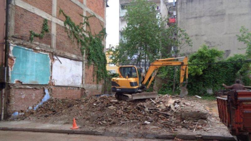 Bursa'da tehlike arz eden bina yıkıldı…