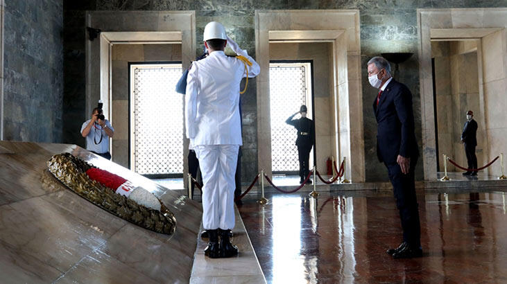 Bakan Akar'dan, OYAK Genel Kurulu öncesi Anıtkabir'e ziyaret