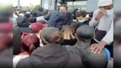 Mağaza önünde izdiham! Polis kalabalığa gazla müdahale etti