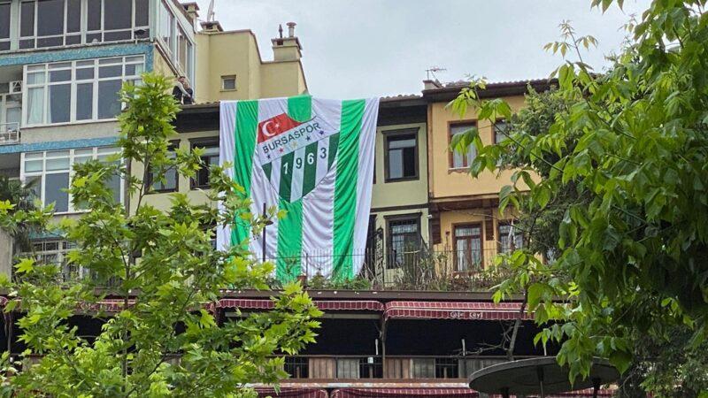 Bursaspor'un kuruluş yıl dönümüne dev bayrak…