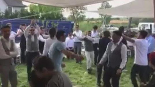 Salgını umursamadılar! Düğün yapıp böyle eğlendiler