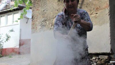 Bursa'da güneşin altında iki gün ateş başında bekleyip doğal pekmez yapıyorlar