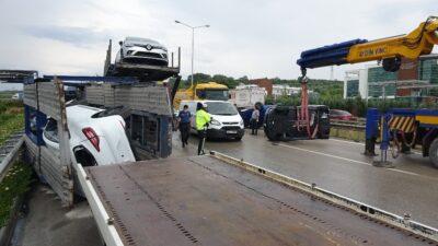 Bursa'da sıfır otomobiller etrafa saçıldı