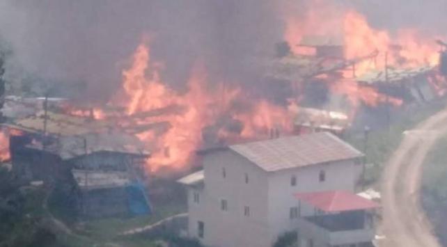 Köyde yangın çıktı! 30'a yakın ev yandı
