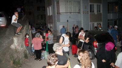 Bursa'da korkutan dakikalar! Deprem sanıp kendilerini dışarı attılar