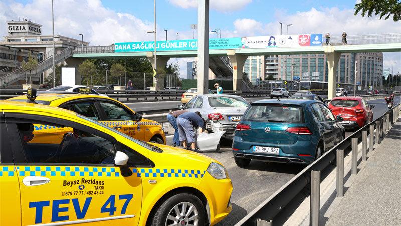 Motor yağı dökülen yolda zincirleme trafik kazası