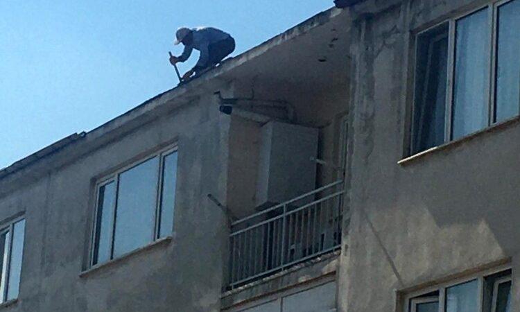 Binanın çatısında ustaları görenlerin yüreği ağzına geldi