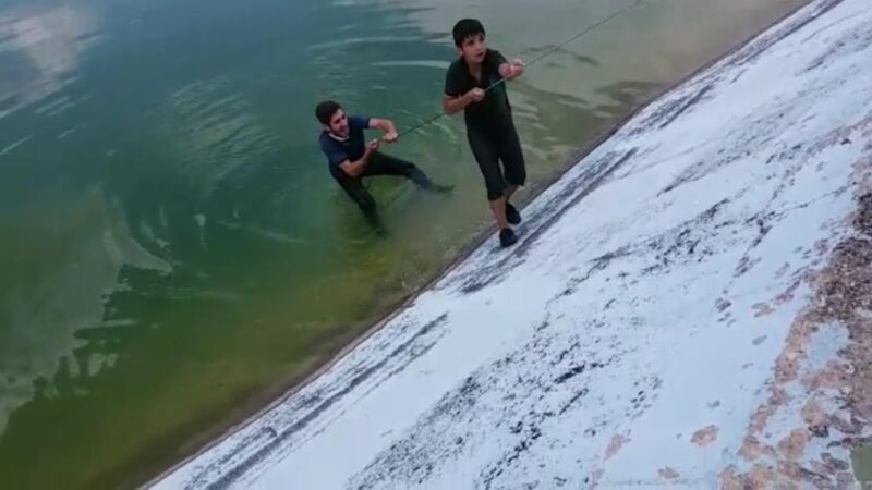 Bursa'da gölete düşen çocuğu iple kurtardılar