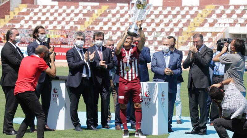 Süper Lig'e yükselen Hatayspor kupasını aldı…