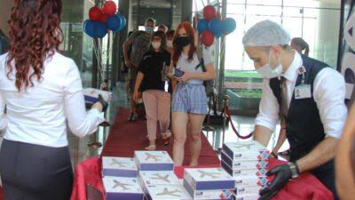 Pandemi sonrası ilk turist kafilesi Türkiye'de… Lokumla karşıladılar…