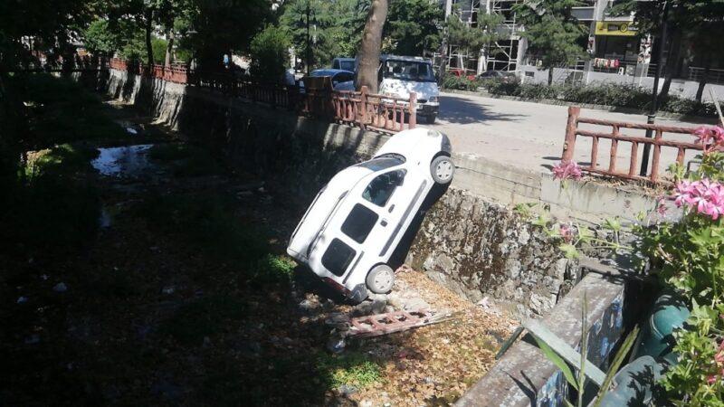 Bursa'da park halindeki araç dereye uçtu