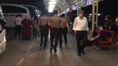 Güvenlik güçleri devreye girdi, askerler sosyal mesafeyle uğurlandı…