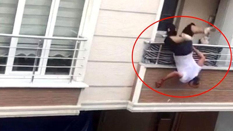 Tartıştığı yakınlarına tencere fırlatırken balkondan düştü