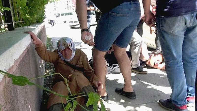 Cadde ortasında annesini döven gence, tekme tokat dayak!