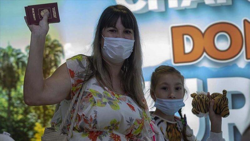 Antalya'ya ilk Rus turist kafilesi geldi: 'Çok özlemiştik, merhaba Türkiye'