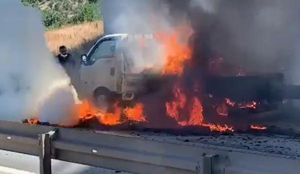 Bursa'da seyir halideki kamyonet yandı