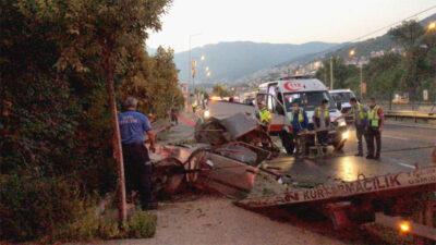 Bursa'da korkunç kazada can pazarı! Otomobil ikiye bölündü