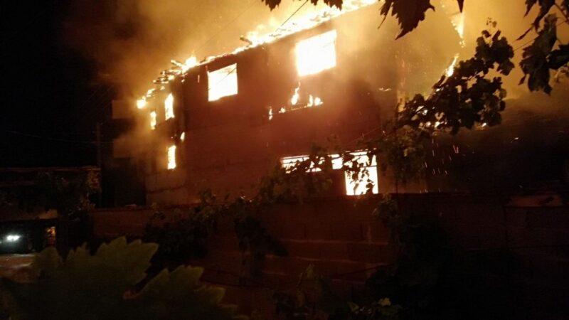 Bursa'da korkutan yangın: 3 ev kül oldu