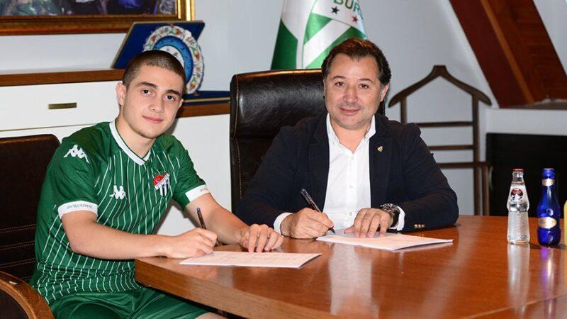 Bursaspor genç futbolcuya imza attırdı…