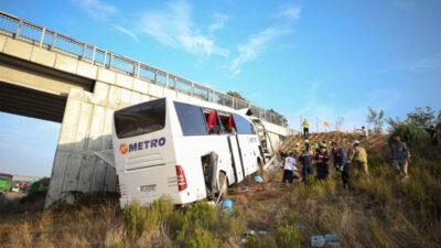 Yolcu otobüsü üstgeçide çarptı: Çok sayıda ölü ve yaralı var