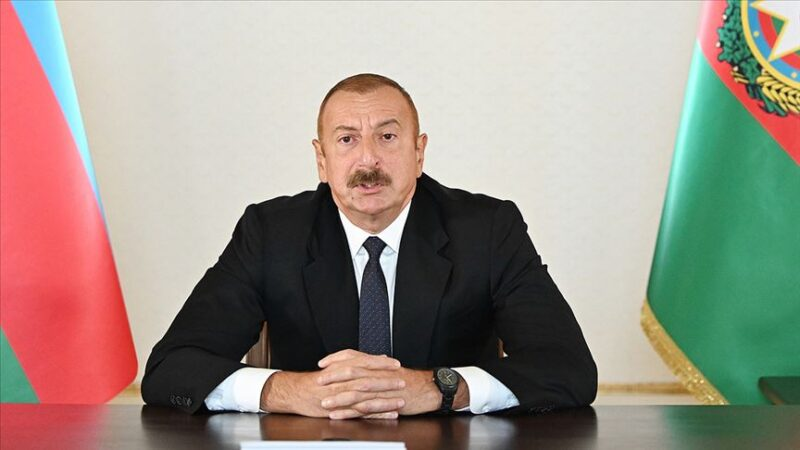 Aliyev duyurdu! Tarihi köprüye Azerbaycan bayrağı dikildi