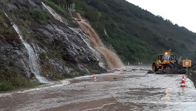 Şiddetli yağış nedeniyle karayolu ulaşıma kapandı