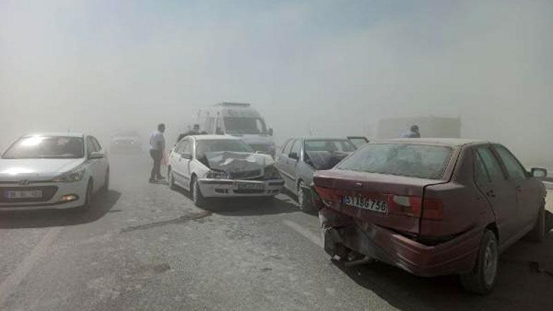 Kum fırtınası nedeniyle 2 zincirleme kaza: 8 yaralı